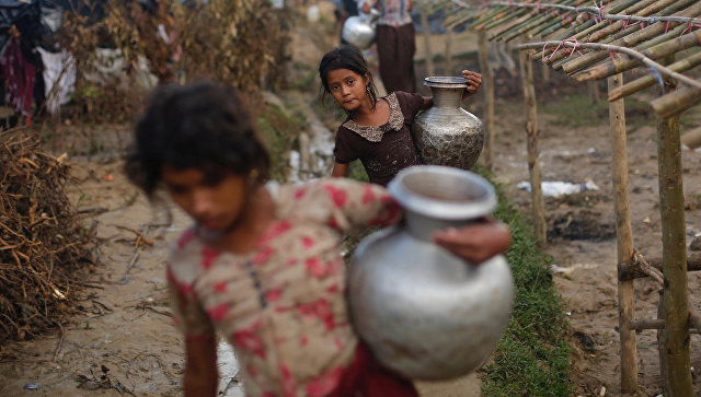 Девочки из семей беженцев-рохинджа c кувшинами с водой в Бангладеш