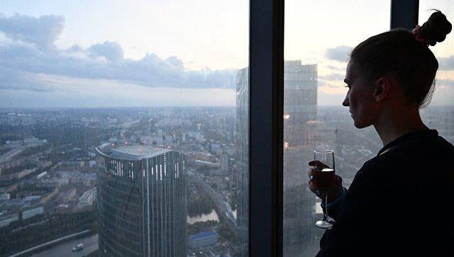 Девушка на 89 этаже Башни Федерация-Восток делового комплекса Москва-Сити. Архивное фото