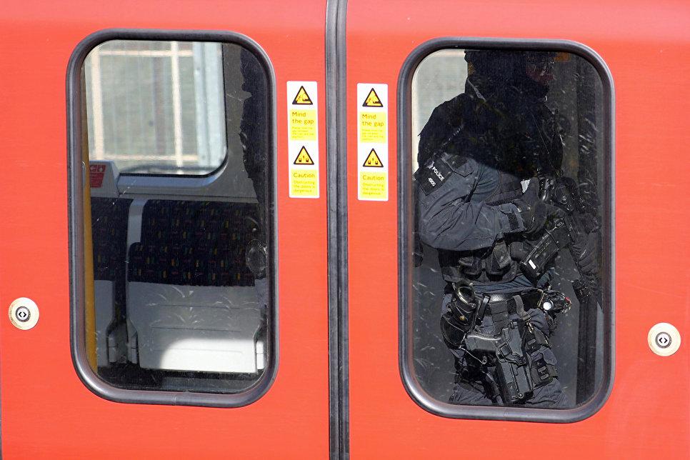 Полицейский в вагоне поезда метро у станции Parsons Green в Лондоне. 15 сентября 2017