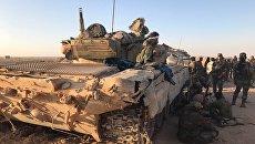 Бойцы сирийской армии отдыхают в тени техники на позициях в районе Дейр-эз-Зора. Архивное фото