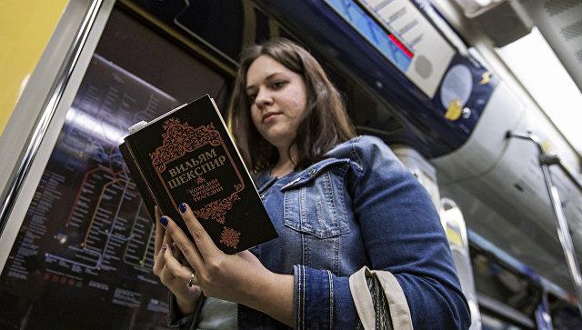 Девушка читает книгу в вагоне московского метрополитена. Архивное фото