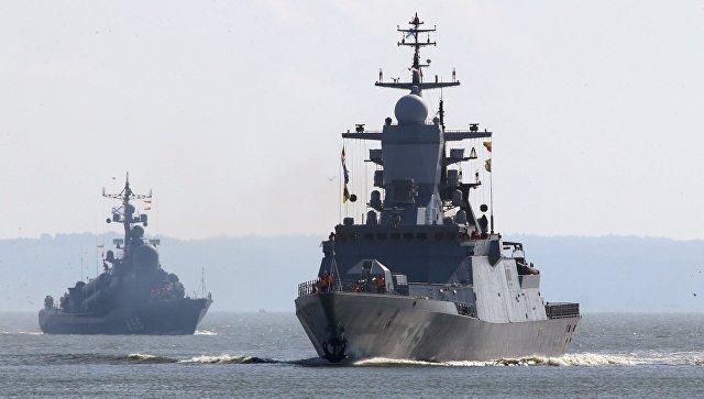 Корвет Стойкий (справа) и ракетный катер Заречный во время выхода кораблей Балтийского флота в море в рамках российско-белорусских стратегических учений Запад-2017