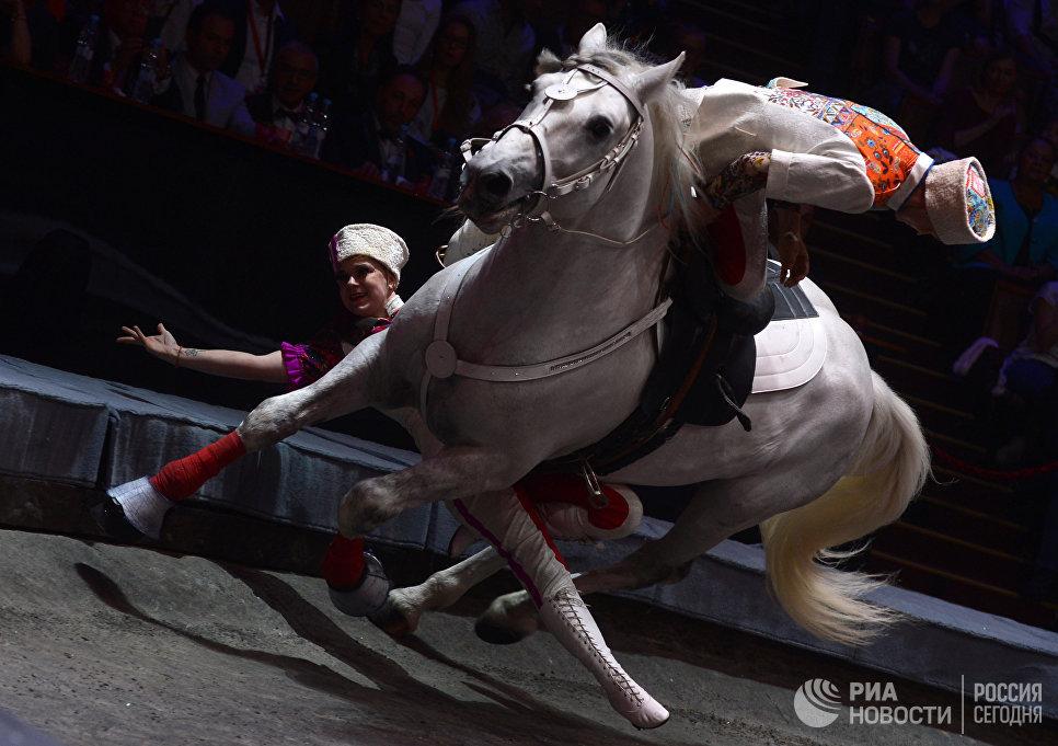 Участники коллектива Русские казаки под руководством Виолетты Александровой-Серж на гала-шоу всемирного фестиваля циркового искусства Идол