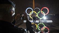 Туристы фотографируются на фоне Олимпийских Колец в Париже