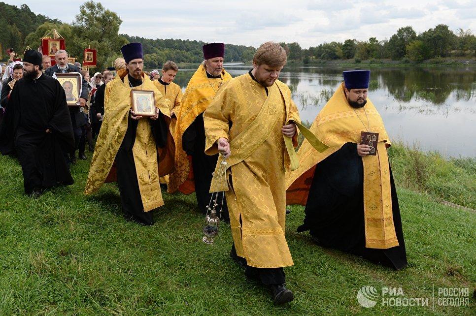 Участники VI Елисаветинского крестного хода перед переправой через Москву-реку из села Ильинское в село Усово