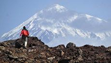 Турист во время подъема на гору в Камчатском крае. Архивное фото