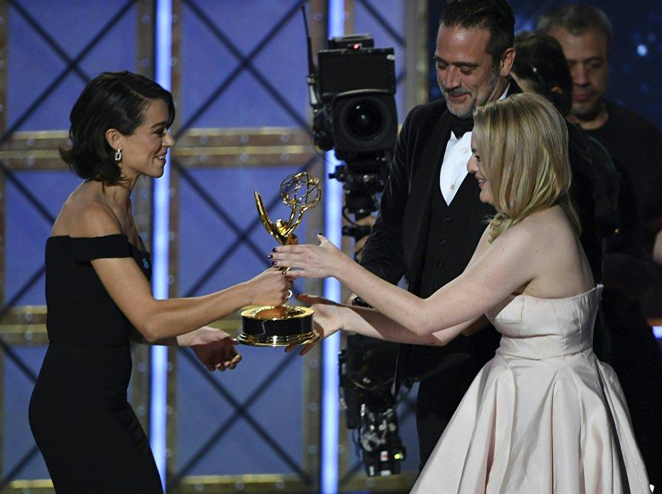 Актриса Татьяна Маслани вручает премию Эмми актрисе Элизабет Мосс
