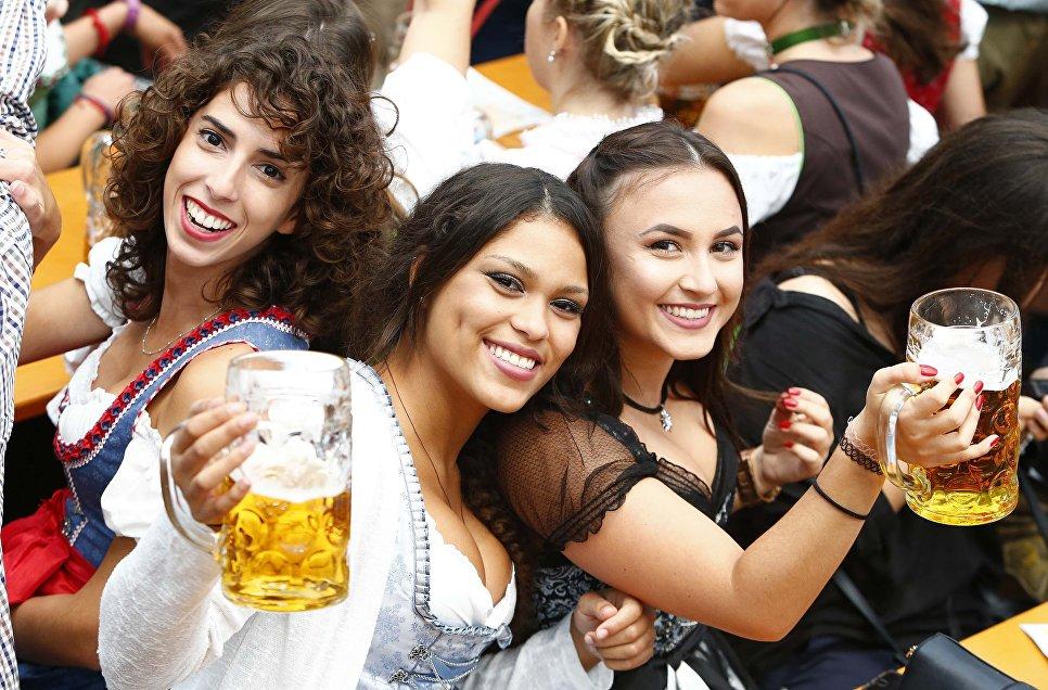 Девушки на фестивале пива Октоберфест в Мюнхене. 16 сентября 2017