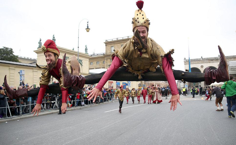 Участники костюмированного шествия на фестивале пива Октоберфест в Мюнхене