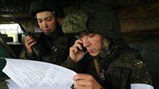 Военнослужащие на командном пункте во время тактических учений Запад-2017