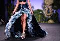 Модель во время показа коллекции дизайнера Франсиса Монтесиноса на Неделе моды в Мадриде. 15 сентября 2017