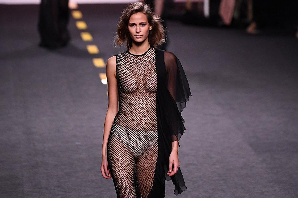 Модель во время показа коллекции дизайнера Juana Martin на Неделе моды в Мадриде. 17 сентября 2017