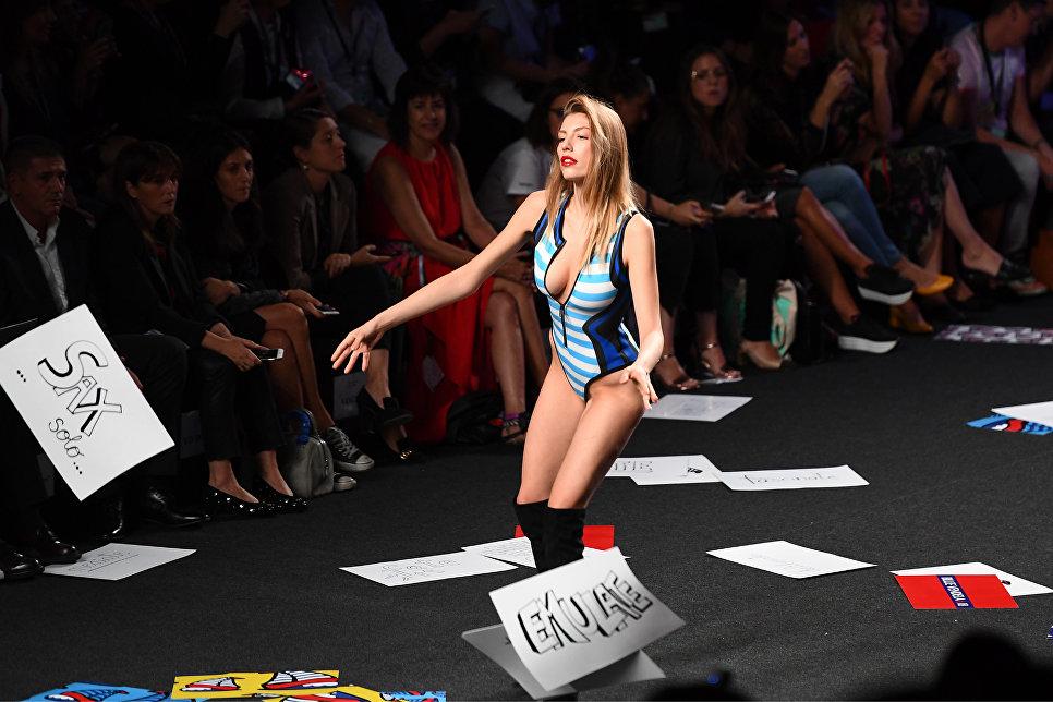 Модель во время показа коллекции Maya Hansen на Неделе моды в Мадриде. 17 сентября 2017
