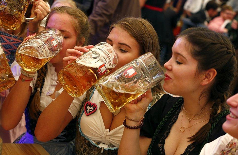 Гости пьют пиво на открытии фестиваля Октоберфест в Мюнхене