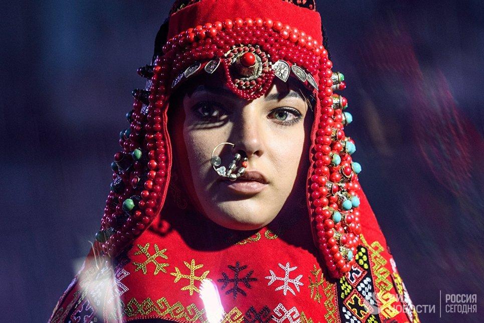 Модель демонстрирует одежду из новой коллекции дизайнера Айзады Нурумбетовой в рамках международного этнокультурного фестиваля Этно Арт Фест 2017 в Москве