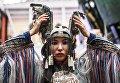 Модель перед началом показа одежды в рамках международного этнокультурного фестиваля Этно Арт Фест 2017 в Москве