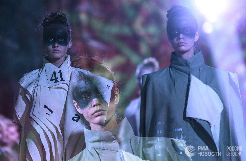 Модели демонстрируют одежду из новой коллекции дизайнера Светланы Любимовой в рамках международного этнокультурного фестиваля Этно Арт Фест 2017 в Москве