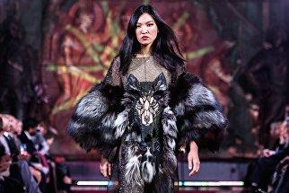 Модель демонстрирует одежду из новой коллекции дизайнера Анжелики Кириллицы в рамках международного этнокультурного фестиваля Этно Арт Фест 2017 в Москве