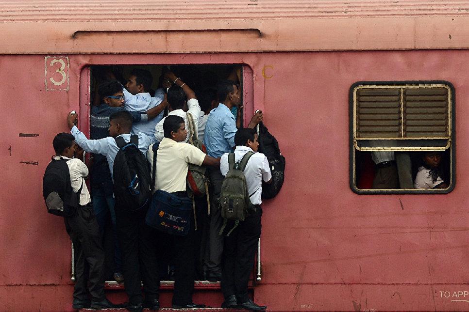 Пассажиры поезда в Коломбо