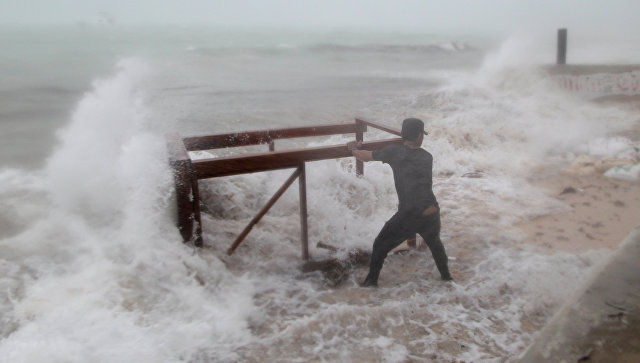 Мужчина пытается спасти стол принадлежащий его ресторану до прибытия урагана Мария в Пунта-Кана Доминиканская Республика