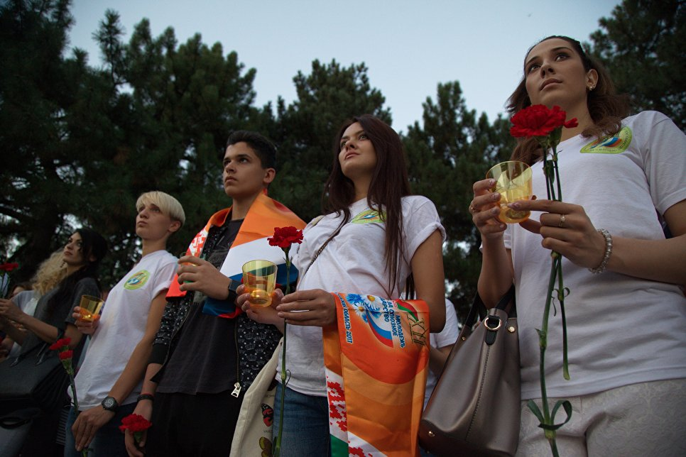 Молодежная акция возложения цветов к Вечному огню мемориального комплекса Павшим воинам