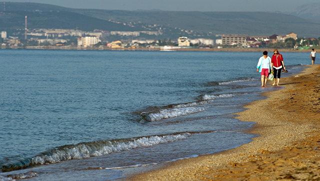 Отдыхающие на побережье Черного моря в районе Золотого пляжа в Феодосии. Архивное фото