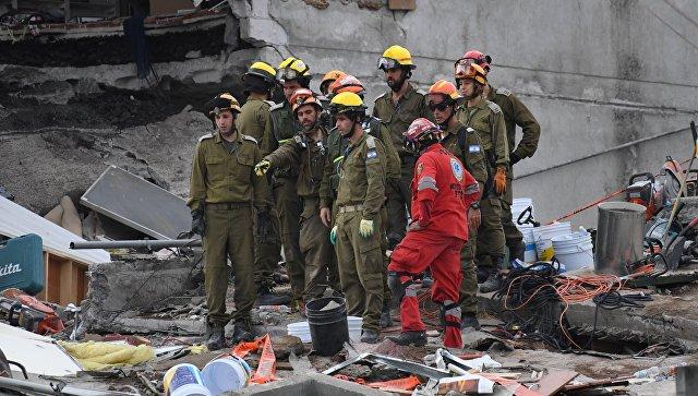 Спасатели продолжают искать живых под завалами после землетрясения в Мехико. 23 сентября 2017