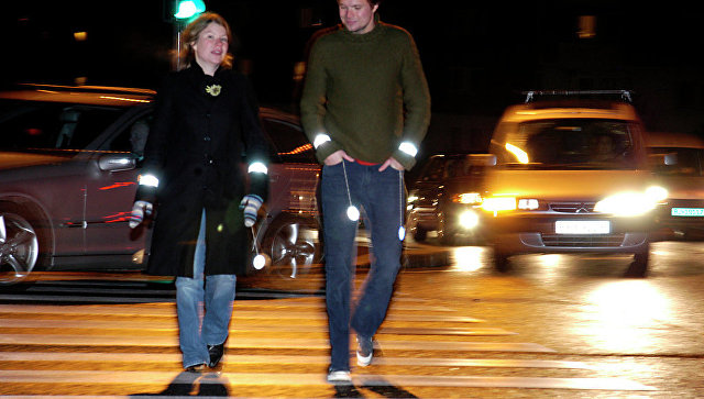 Пешеходы со светоотражающими стикерами на одежде. Архив