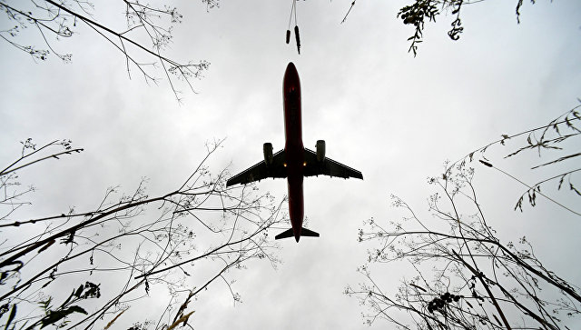 Самолет над международным аэропортом. Архивное фото