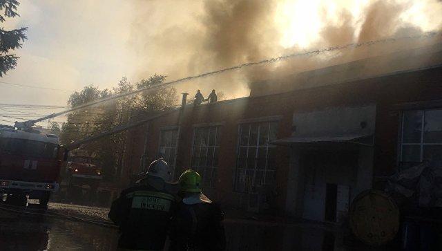 Пожар на складе с бытовой химией на территории мебельной фабрики в подмосковном Чехове