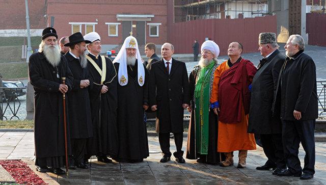 Лидеры религиозных конфессий и президент Путин на Красной площади. Архивное фото
