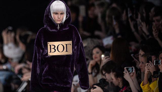 Модель демонстрирует одежду из новой коллекции дизайнера Беллы Потемкиной в рамках Mercedes-Benz Fashion Week Russia в Москве