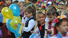 Ученики на линейке в одной из школ Львова. Архивное фото