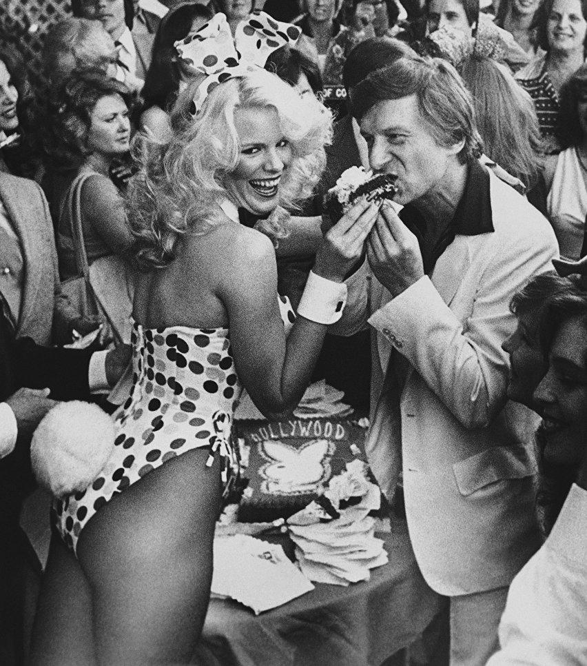 Хью Хефнер с девушкой из Playboy после награждения на Голливудской Аллее славы. 9 апреля 1980
