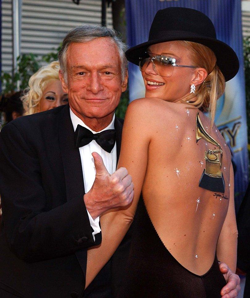 Хью Хефнер с девушкой Playboy Зои Грегори на 44-ой ежегодной премии Грэмми. 26 февраля 2002