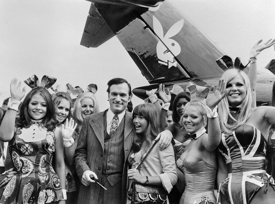 Хью Хефнер с девушками возле самолета Playboy в аэропорту Ле Бурже. 30 августа 1970