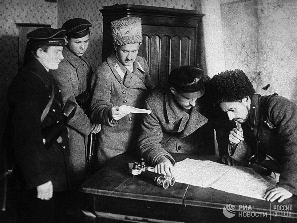 В штабе отрядов революционных солдат и матросов. Вооруженное восстание. 24 октября 1917 г. Петроград