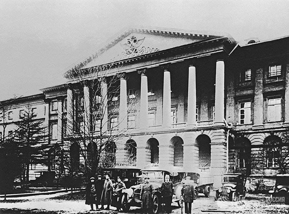 Здание Смольного в Петрограде в дни Октябрьской революции 1917 года