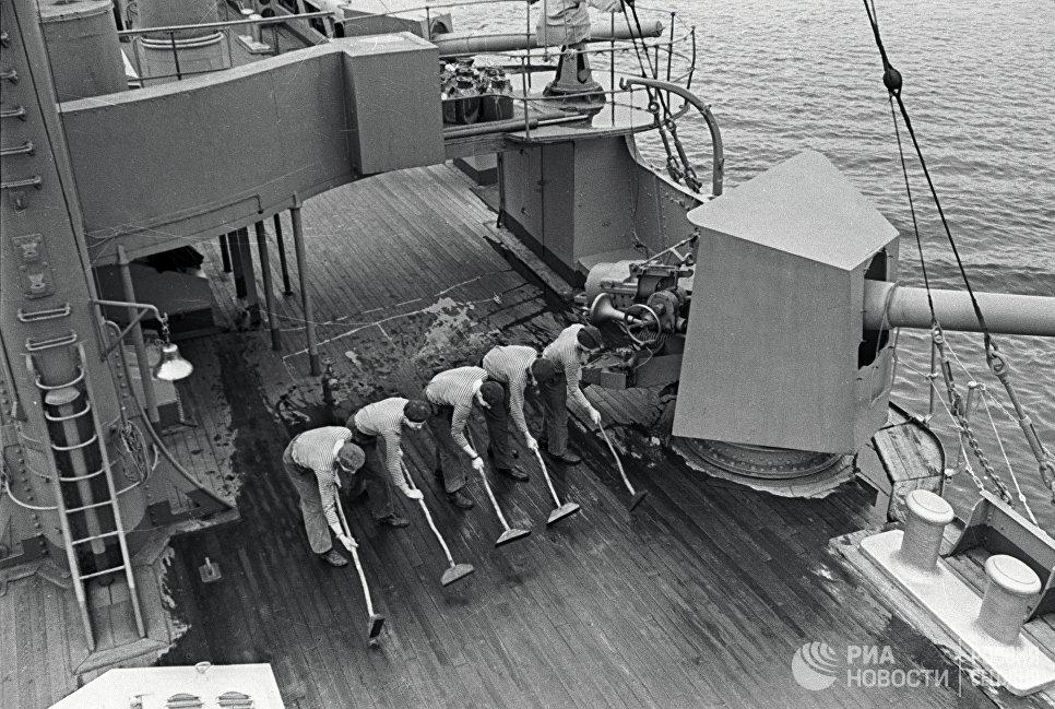 Матросы драют палубу крейсера Аврора