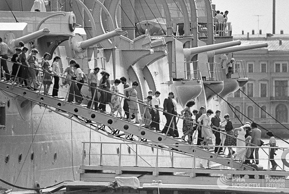 Экскурсанты на трапе крейсера Аврора