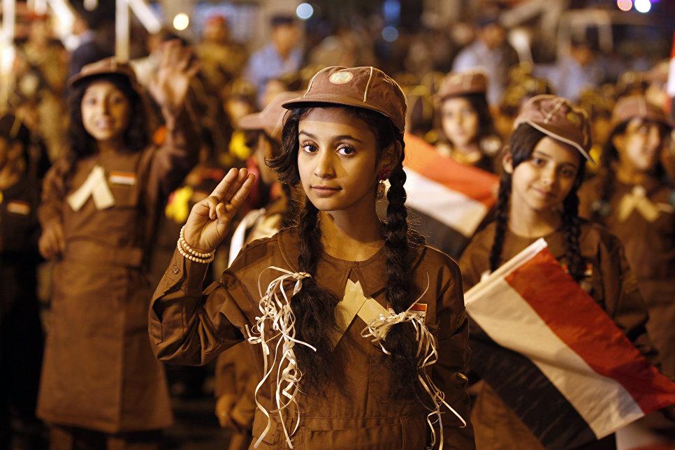 Участница парада по случаю годовщины йеменской революции 1962 года в Сане.