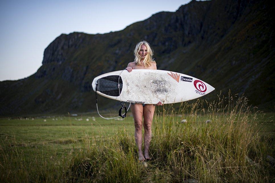 Победительница соревнований по серфингу в бухте Унстад, Норвегия.