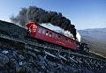 Ретропаровоз поднимает пассажиров на гору Вашингтон в Нью-Гэмпшире, США.