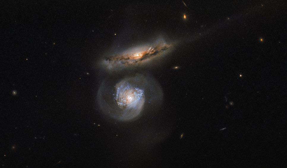 Снимок галактики-мегамазера телескопом Hubble