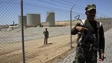 Сотрудники военизированной охраны возле нефтеперерабатывающего предприятия в Иракском Курдистане