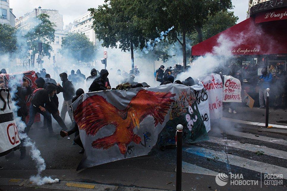 Участники акции протеста против нового трудового законодательства правительства Эммануэля Макрона в Париже
