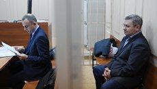 Генеральный директор авиакомпании ВИМ-Авиа Александр Кочнев, подозреваемый в хищении денежных средств пассажиров, и его адвокат Михаил Воронин в Басманном суде Москвы. 29  сентября 2017