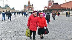 Пенсионерки гуляют около Кремля. Архивное фото