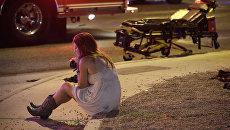 Женщина на месте стрельбы у казино Mandalay Bay в Лас-Вегасе, США. 2 октября 2017