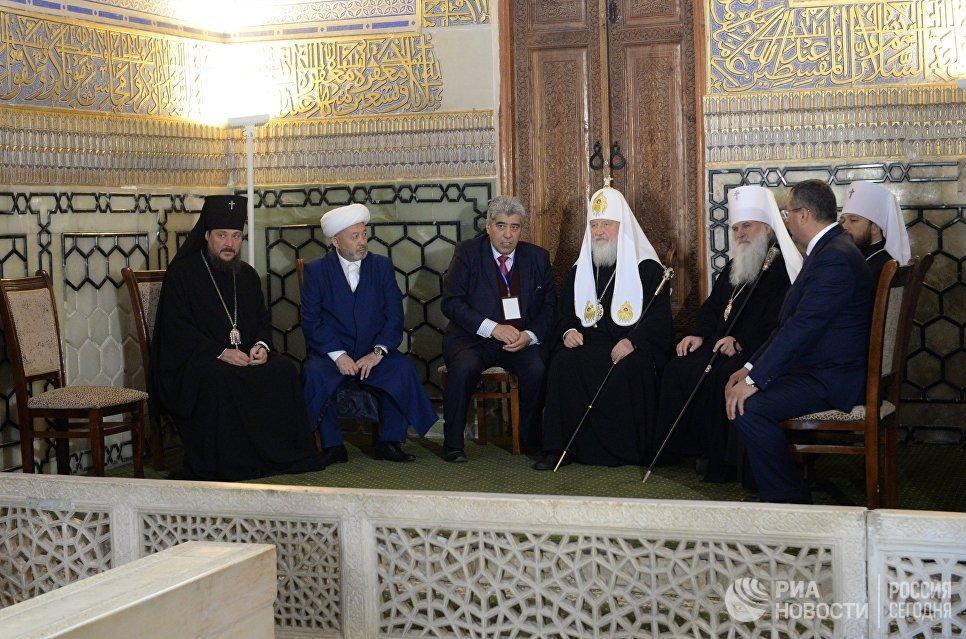 Патриарх Московский и Всея Руси Кирилл (в центре) во время посещения мавзолея Гур-Эмир и усыпальницы Тамерлана в Самарканде